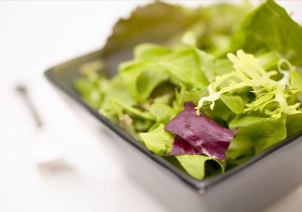 Salada pra que te quero. As diferentes folhas que vão acrescentar sabor e cor ao seu prato.