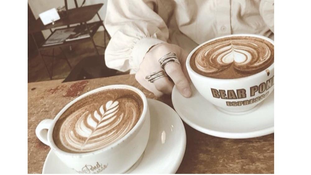 カフェでコーヒーを飲んでいる画像