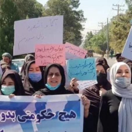 Siguen protestas de mujeres afganas
