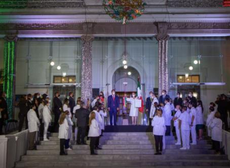 Acompañan a Cristina Díaz personal de salud a dar el Grito