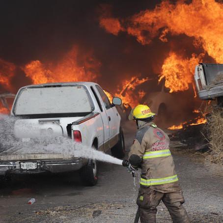 Incendio consume 800 autos en el Carmen