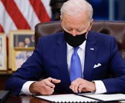Firma Biden decretos migratorios