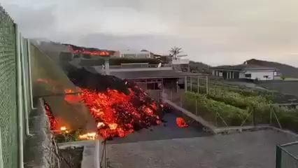 Lava del volcán Cumbre Vieja llega a alcanzar hasta 6 mts. de altura