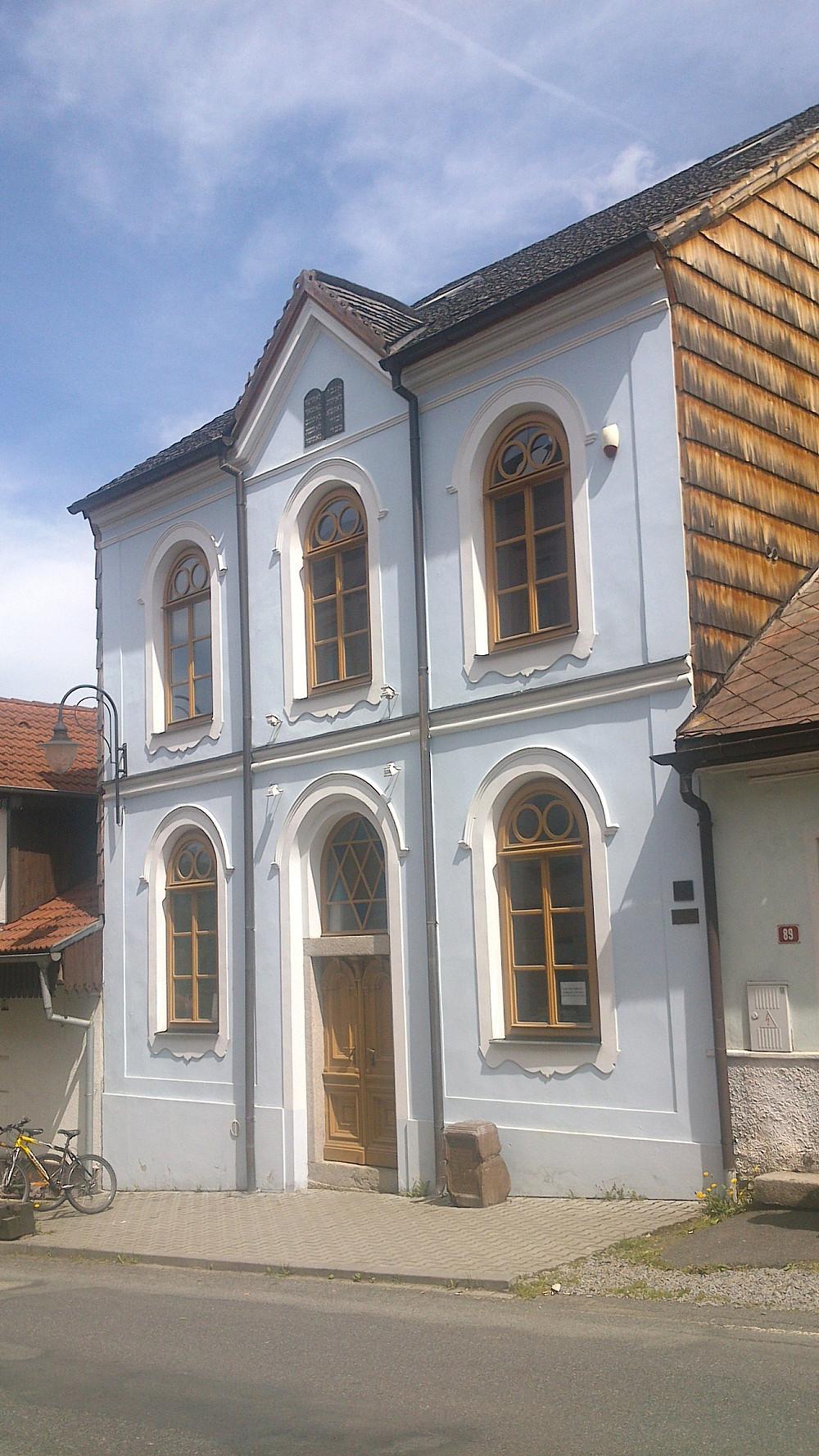 Hartmanická_synagoga_edited.jpg