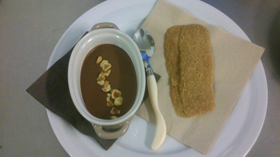Čokoládovo-karamelové velouté s lískovými oříšky a domácími sušenkami