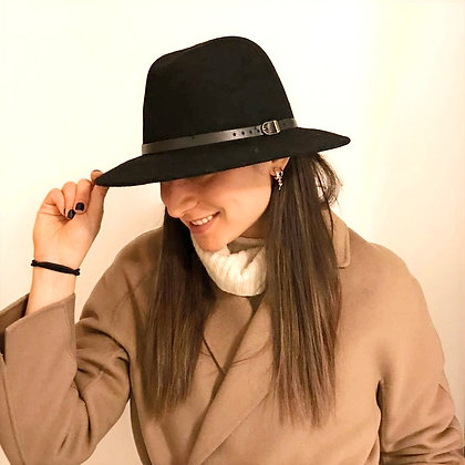 Cappello tesa larga e piatta, cinturino pelle nera