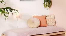 Zákoutí s růžovou pohovkou a energetickým léčivým obrazem