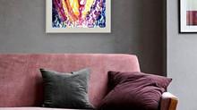 Šedý pokoj s růžovou sedačkou a zářivým energetickým obrazem