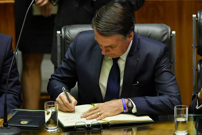 Jair Bolsonaro assina