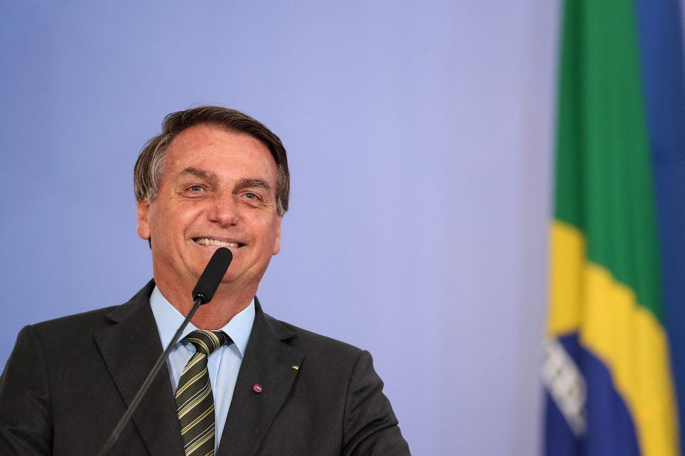 Jair Bolsonaro feliz bandeira do Brasil