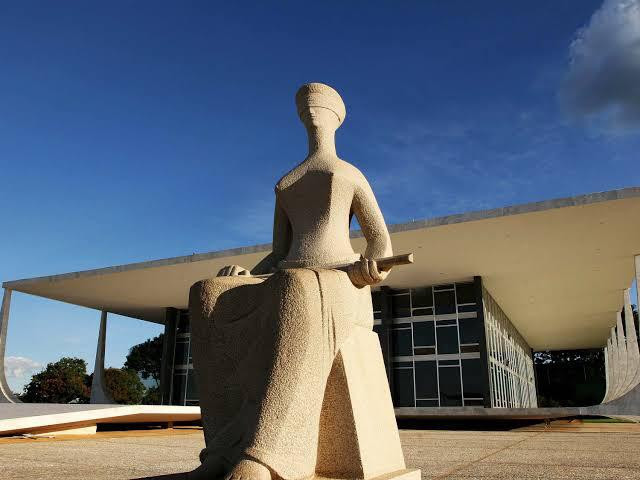 Prédio do STF e estátua da Justiça
