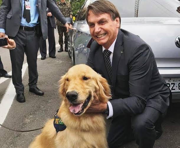 Jair Bolsonaro com cachorro da PRF