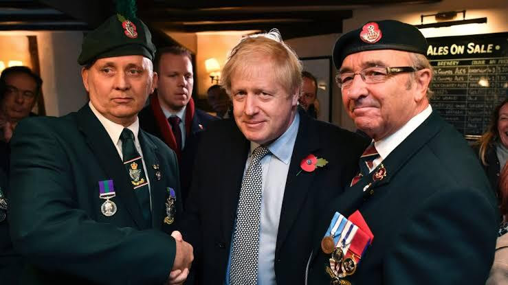 boris johnson com militares