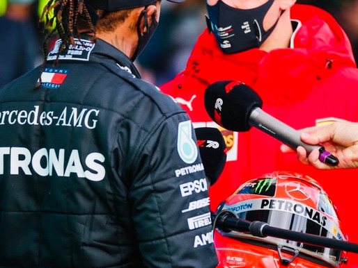 Hamilton celebra vitória com presente de Schumacher
