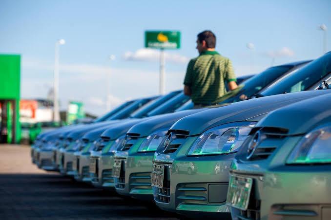 carros Localiza e a Unidas estacionados