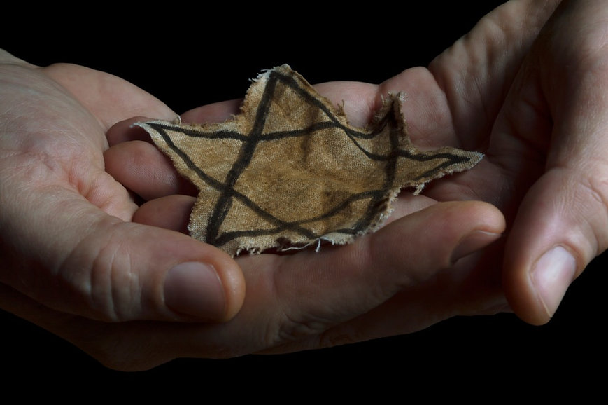 jewish-badge-in-the-hands-of-a-man-pictu
