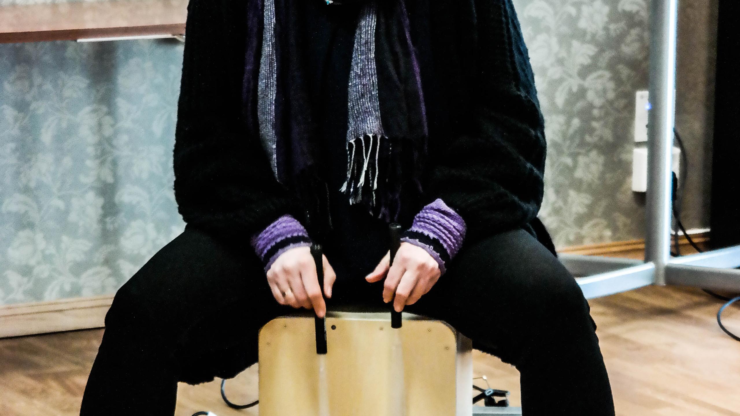 Aino spiller på cajon