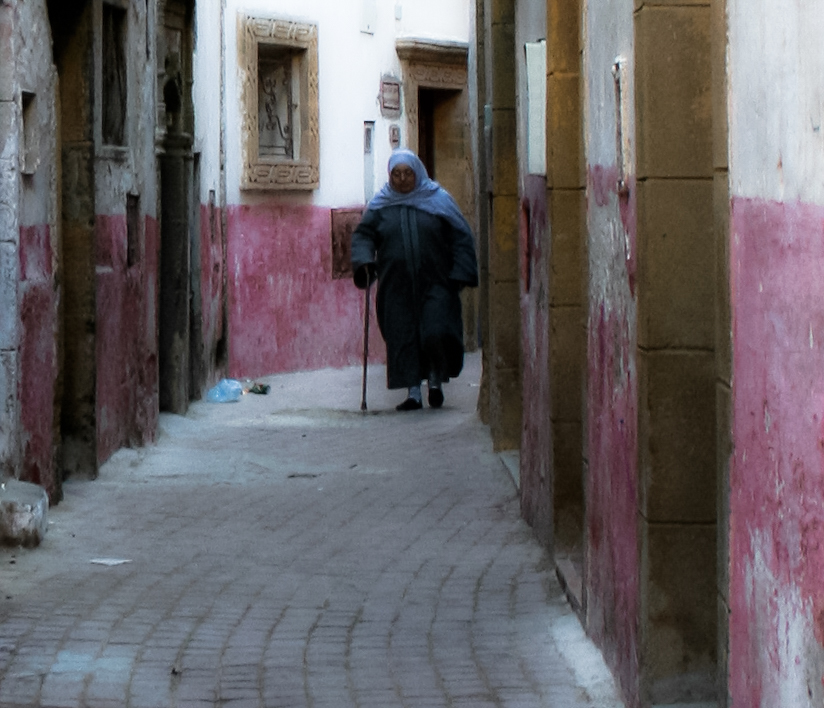 Kvinne med stokk i Essaouira