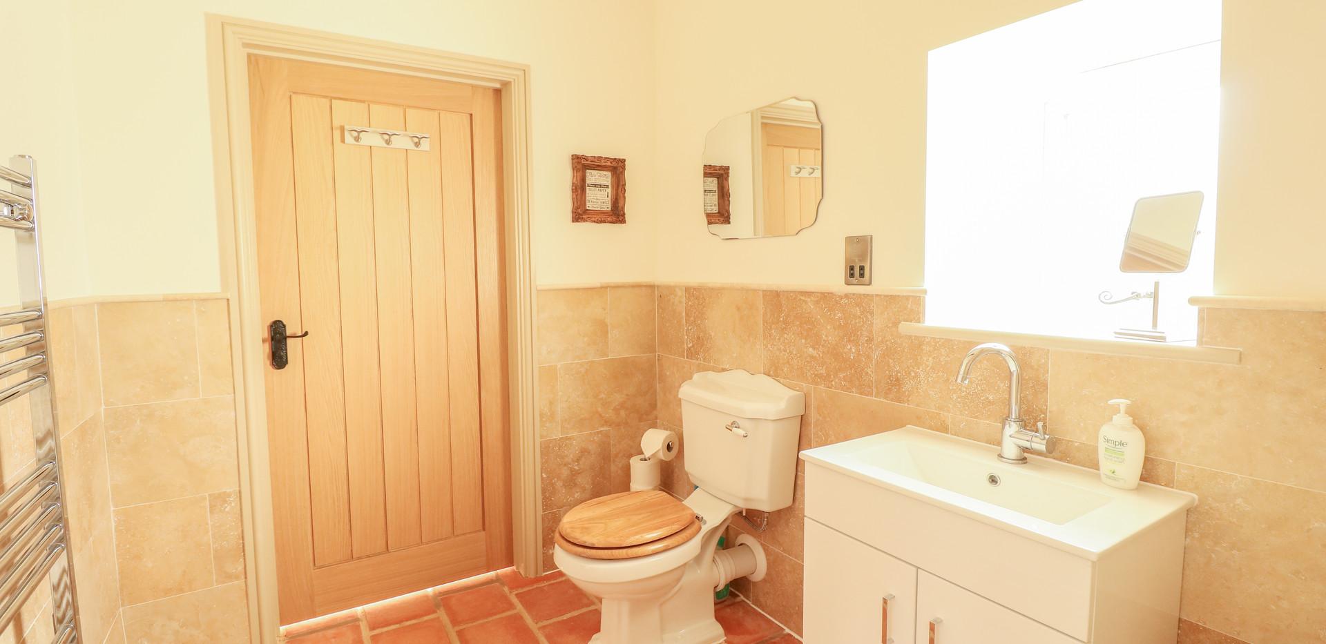 Family Bathroom - Oak Tree Cottages - Oak Tree Cottage