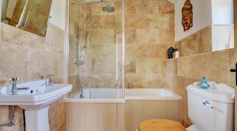 Family Bathroom - Oak Tree Cottages - Church Fields Cottage