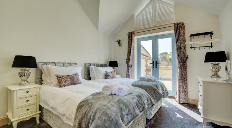 Twin Bedroom - Oak Tree Cottages - Lighthouse Cottage