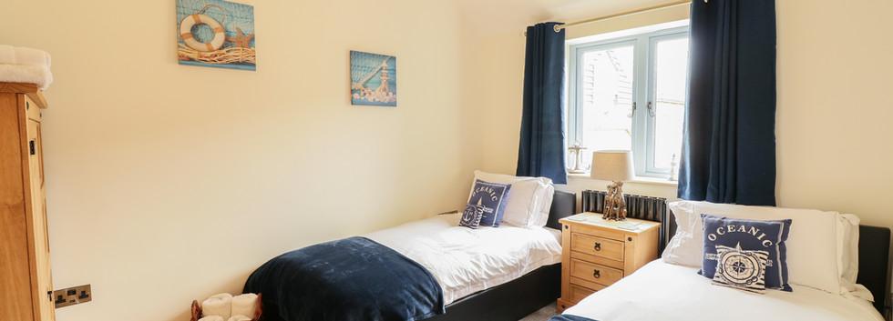 Twin Bedroom - Oak Tree Cottages - Oak Tree Cottage