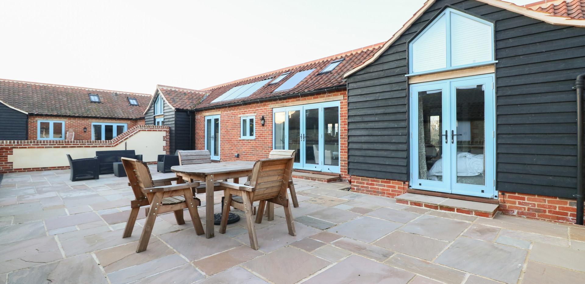 Large courtyard - Oak Tree Cottages - Lighthouse Cottage