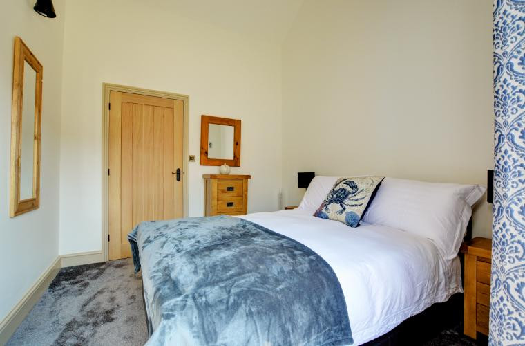 Double bedroom - Oak Tree Cottages - Church Fields Cottage