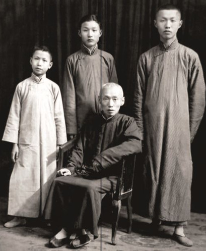 Sieh Vun Da com seus três filhos. Tsu Hung está ao centro.