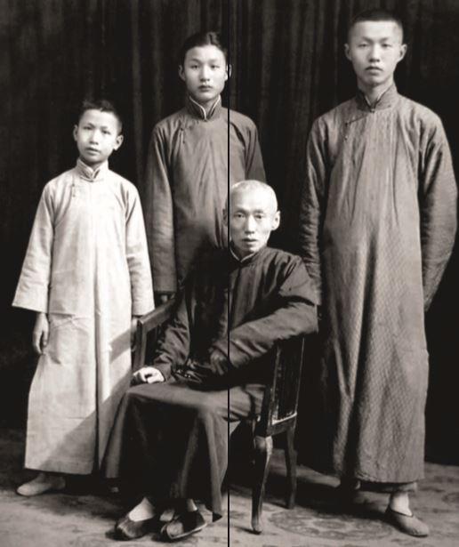 Sieh Vun Da com seus três filhos. Tsu Hung está ao centro