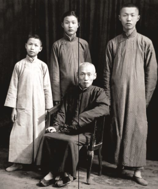 Sieh Vun Da with his three sons. Tsu Hung stands in the middle