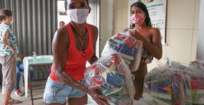 Famílias da periferia de Maceió recebem cestas básicas