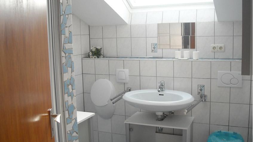 Badezimmer mit WC, Urinal und Dusche