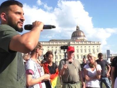 Attila Hildmann verteidigt Hitler, greift Bundeskanzlerin und die Grünen auf seiner Kundgebung an