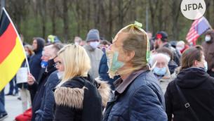 """Verschwörungsmythen und rechtspopulistische Tiraden: """"Montagsdemonstration"""" am 12.04.2021 in Berlin"""