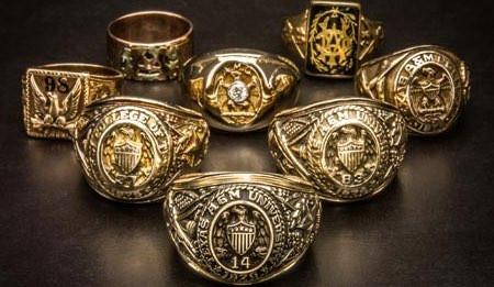 細かな装飾が非常に芸術性のあるカレッジリング。ヴィンテージものになると、現在ではかなりの高値で取引されるほどの人気を持っている指輪である。