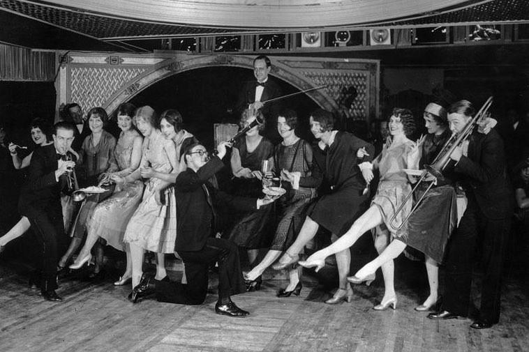 ナイトクラブで騒ぐ若者たち