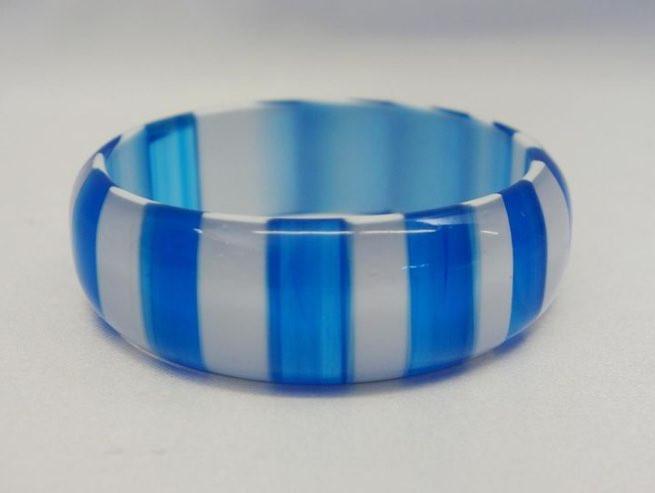 ブルーとホワイトが美しいプラスチックのヴィンテージバングル