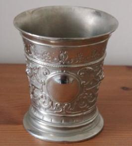 ブリタニアメタル製の美しいコップ