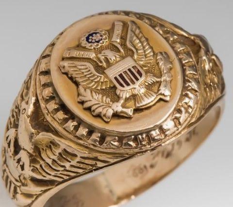 使用感のある、士官候補生へ送られたゴールドのリング
