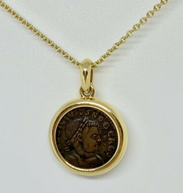 アンティークコインとゴールドのコントラスト