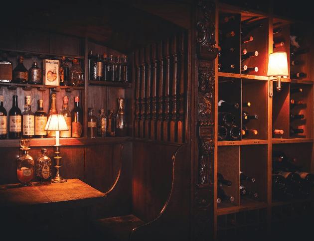 警察から酒と客を守る隠しドア