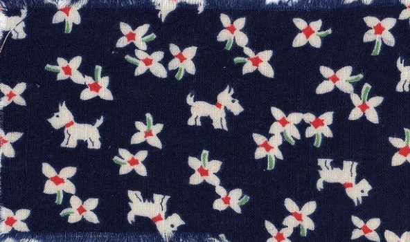 白い花と犬がネイビーの背景に映える小麦粉袋