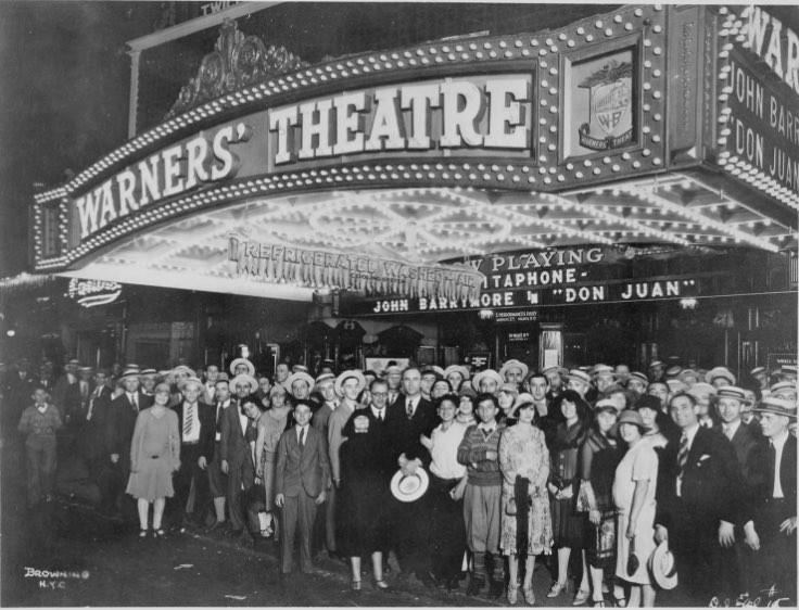 当時はモノクロ映画が主流の映画館