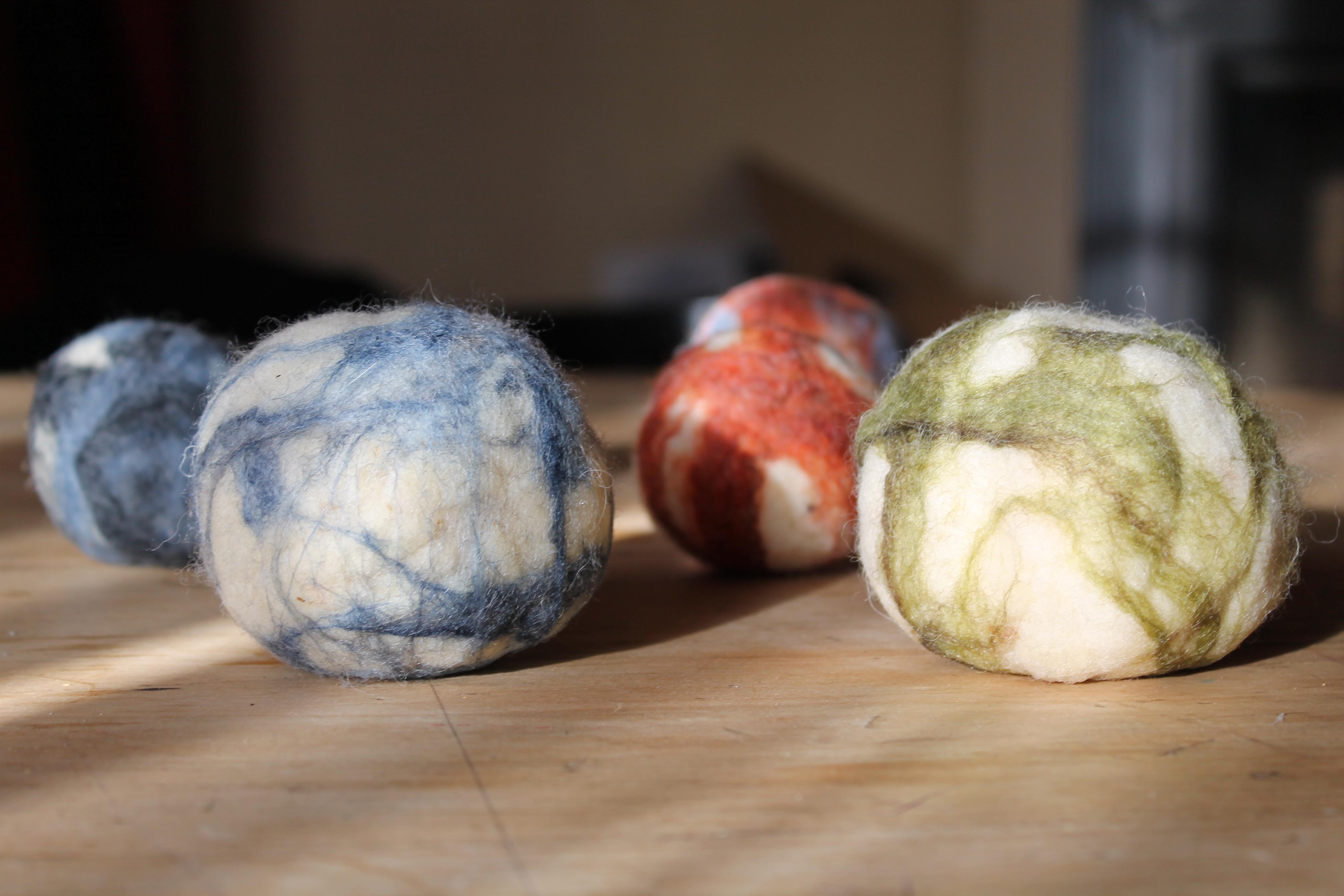 Des balles en laine cardée