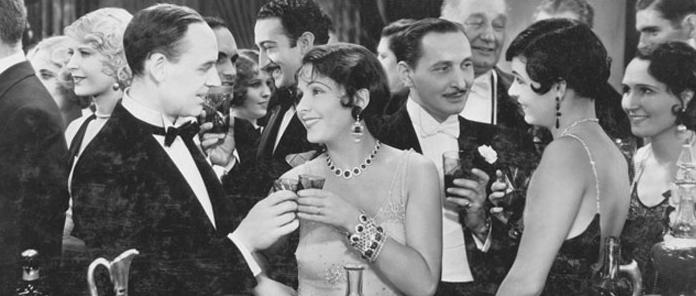 美しいピアスとネックレスで着飾った、1920年代の貴婦人と紳士