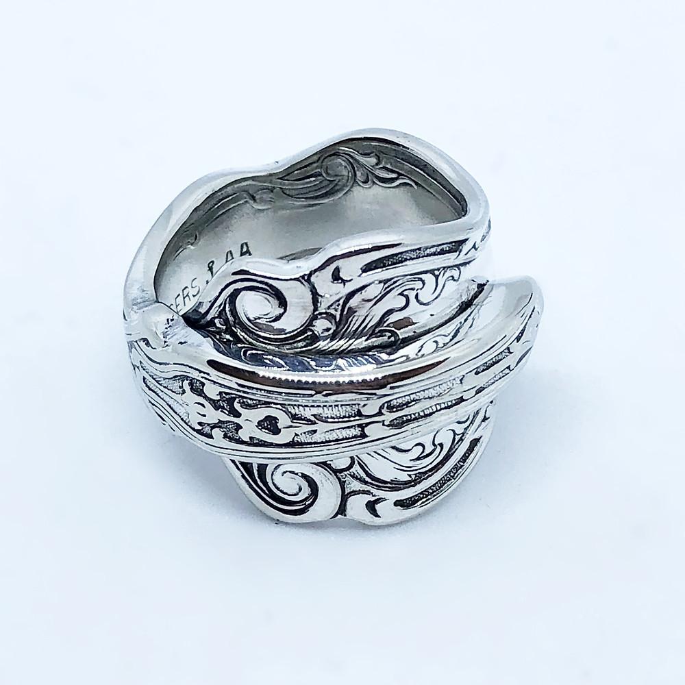持ち手部分の大胆な彫刻が魅力のスプーンリング