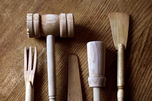 古い歴史を持つ木製のフォーク