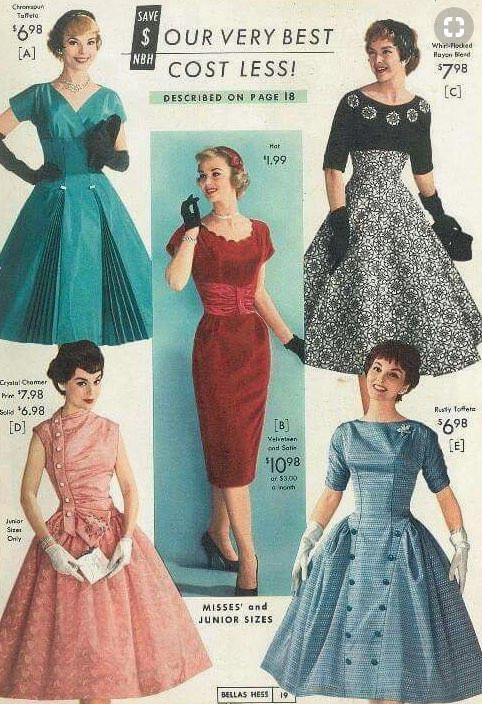 ターコイズブルーや赤が目立つ鮮やかなドレス