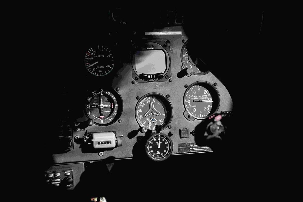 アラスカへ向かう飛行機の計器類